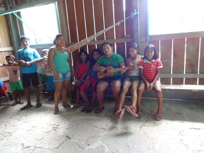Coordenadora do DAJIRN na viagem ao Médio e Baixo Rio Negro, na qual conversou com a juventude da região sobre os trabalhos do departamento e como também outros assuntos de interesse da juventude indígena.