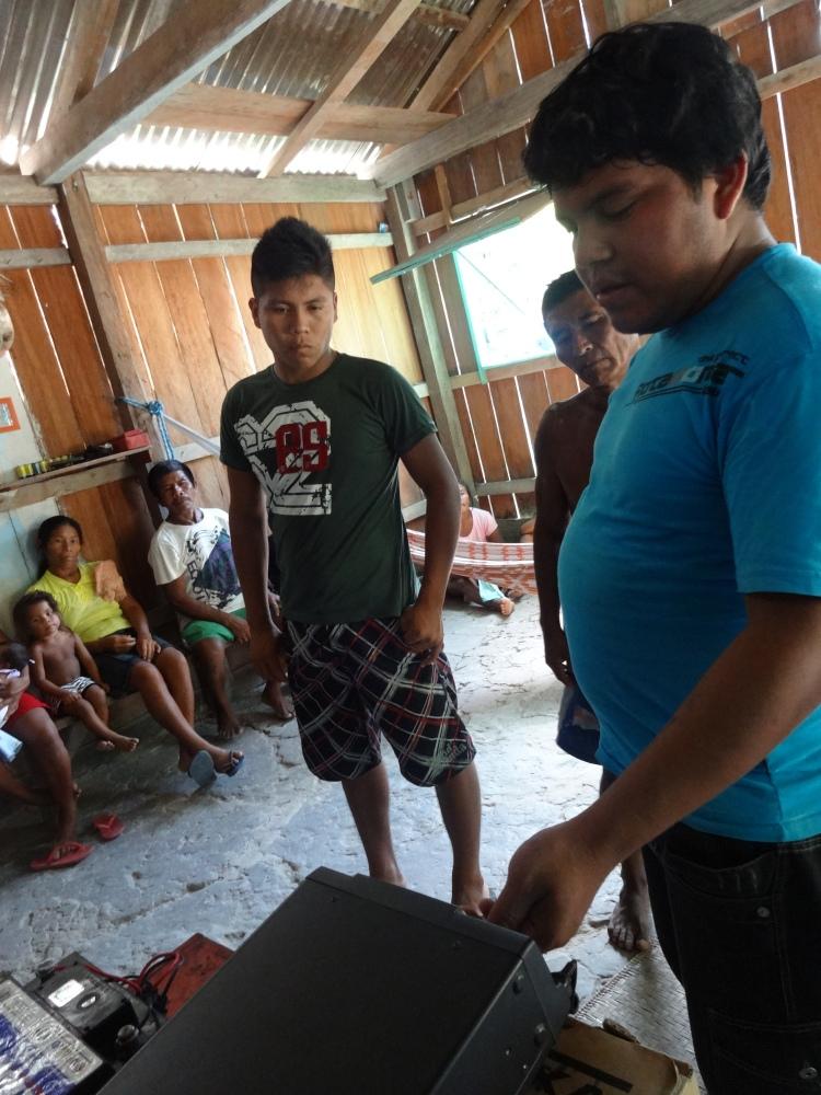 Marivelton R. Barroso, instalando radiofonia nas comunidades do Médio Rio Negro (São João II e Castanheiro).