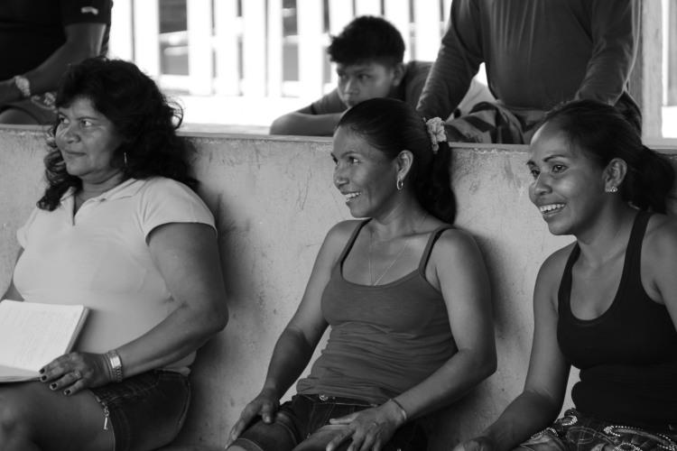 Mulheres indígenas assumem papel importante na transmissão de saberes, práticas e conhecimentos sobre rica diversidade agricola do Rio Negro. Na imagem, mulheres da comunidade de Cartucho participaram da discussão da criação do Conselho da Roça. Foto: Lorena França - IPHAN