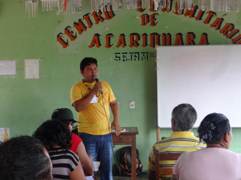 """Marivelton R. Barroso, atual Diretor da FOIRN de referência à região do médio e baixo Rio Negro durante o Seminário em Acariquara. Ele é uma das lideranças indígenas do Rio Negro que se """"formou"""" na ACIMRN, antes de chegar na diretoria da FOIRN."""