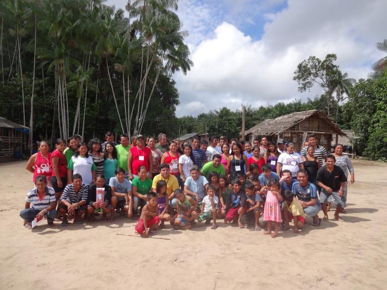 Participantes do Seminário de Avaliação de 20 anos da ACIMRN, realizado em Acariquara, comunidade que fica a uma hora e meia de Santa Isabel do Rio Negro. Foto: SETCOM/FOIRN