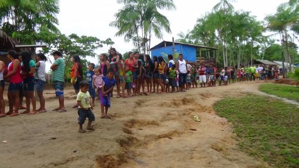 Participantes da feira na hora do almoço na comunidade São Gabriel Mirin, Alto Rio Negro. FOTO: SETCOM/FOIRN