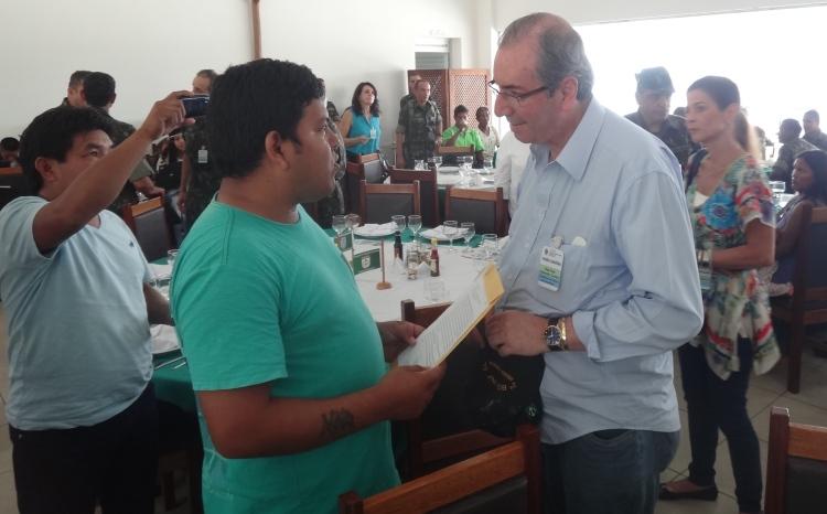 Marivelton R. Barroso, diretor da FOIRN entrega documento elaborado pela FOIRN sobre o aquivamento definitivo da PEC 215, ao Presidente da Câmara dos Deputados, Eduardo Cunha. Foto: Renato Martelli/ISA