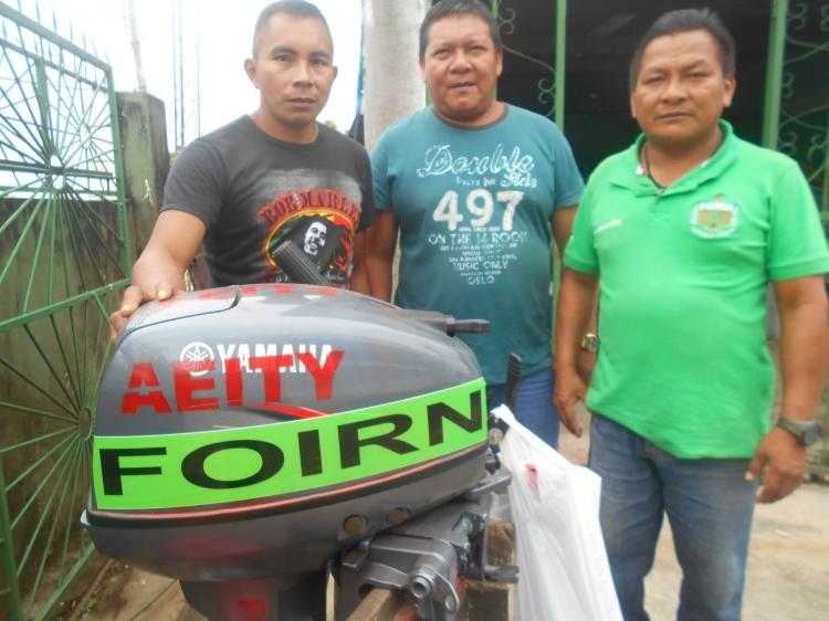 Coordenador da AEITYM recebe motor e bote do diretor da FOIRN de referência à Região do Tiquié e Afluentes e Baixo Uaupés. Foto: SETCOM