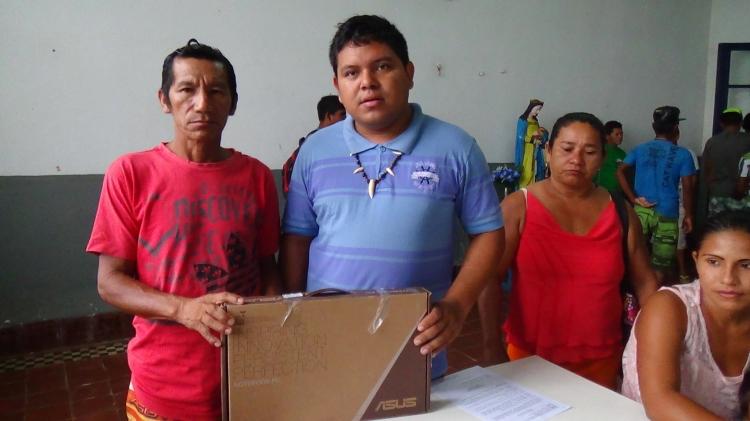 Diretor da FOIRN de referência à região do Médio e Baixo Rio Negro entrega notebook ao líder da comunidade Canafé. Foto: SETCOM/FOIRN
