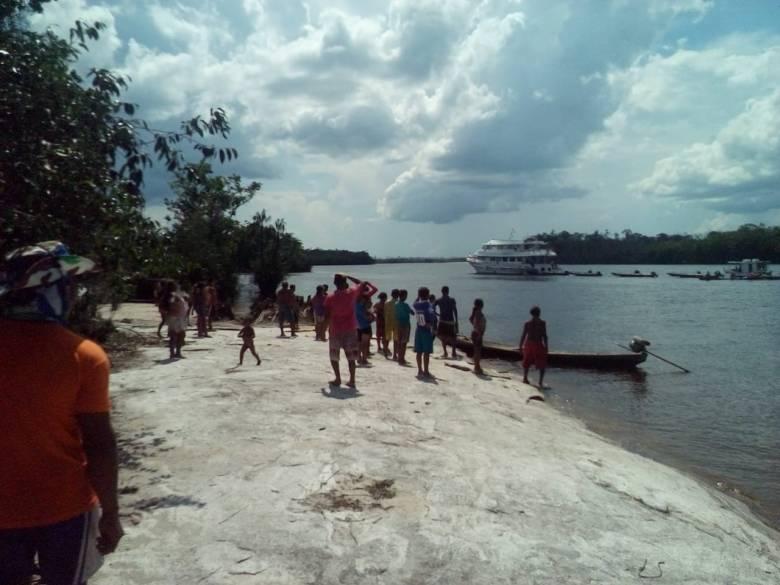 Comunidade observa barco da Amazon Sport Fishing invadindo a TI Jurubaxi-Téa